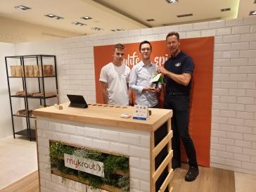 Ludger Dieckhues (rechts), Geschäftsführer von Wirtschaftsförderung & Stadtmarketing Bocholt, gratuliert Jens Niehaus (Mitte) und Leon Wilmers (links) ganz herzlich zur Eröffnung des Ladenlokals von MyKraut