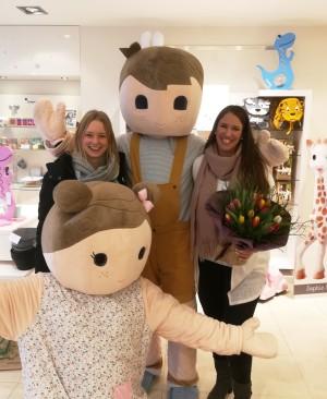 Lisa Hebing vom Stadtmarketing Bocholt (links) gratuliert Nadine Tenbrock (rechts) von Schmatzpuffer zur Eröffnung